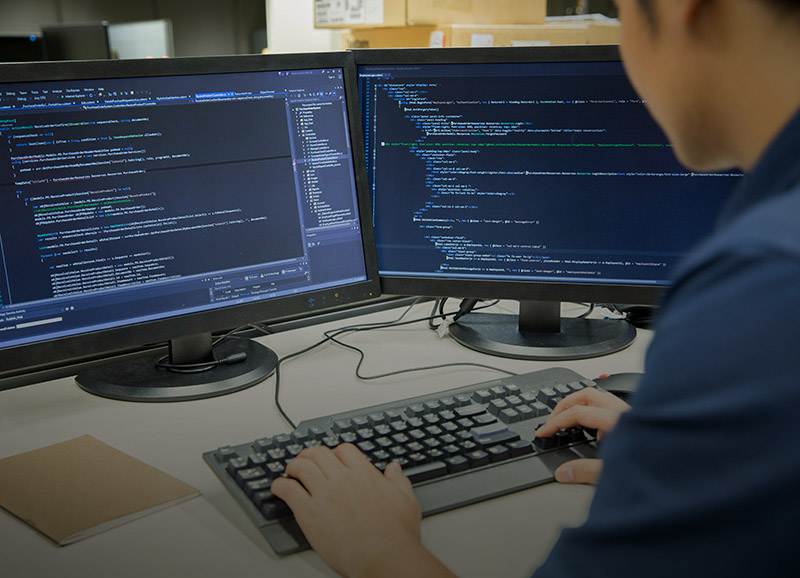 programador digitando sobre teclado software sistema desenvolvimento fábrica de códigos Marília SP